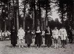 Деревенские старосты, назначенные для беседы с императором, ожидают его прибытия. Саров, 1903