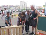 жители стараются помочь советом, а некоторые берут в руки пилы и молотки