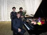 слева - Т.Швалева (исп. партию второго рояля), справа  О.Воинова (преподаватель Олега в ДШИ-1)